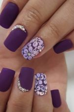 Лак для ногтей фиолетовый фото – дизайн маникюра для ногтей, идеи с розовым и лиловым оттенками, декор со стразами