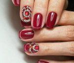 Маникюр на коротких ногтях красный со стразами – Красивый маникюр со стразами на короткие ногти в домашних условиях