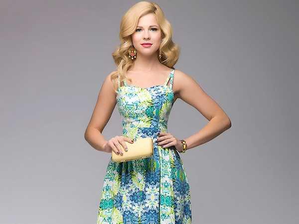 4b640ee8b81 К зеленому платью аксессуары фото – Девушка в темно зеленом платье ...